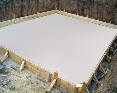 Установка опалубки для плитного фундамента