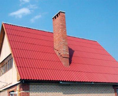 Крыша дома, покрытая крашеным шифером