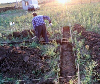 Размечаем и копаем траншею под ленточный фундамент
