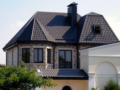 Фото дома со сложной крышей из металлочерепицы